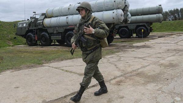 Военнослужащий рядом с зенитными ракетными комплексами С-400 Триумф. Архивное фото