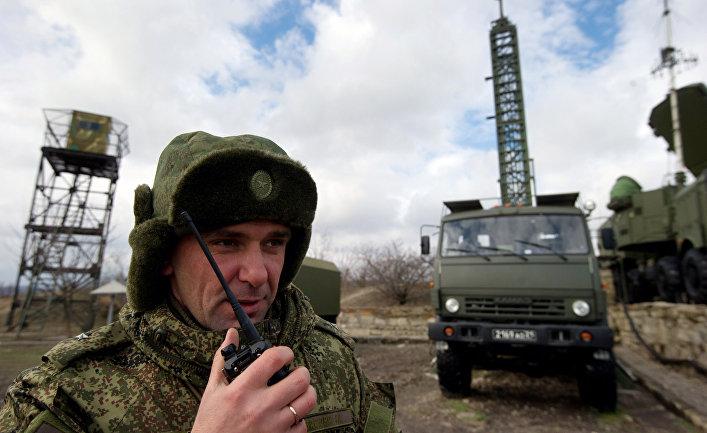 """Офицер координирует выдвижение систем С-400 """"Триумф"""" на позиции."""