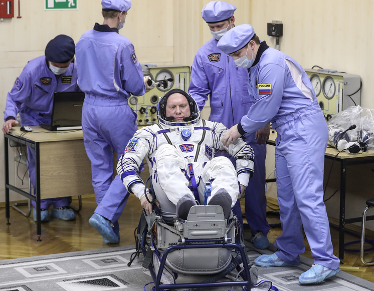 Член основного экипажа МКС 55/56 Олег Артемьев.