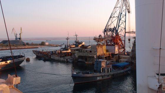 Операция по подъему корпуса корабля (БПК) «Очаков» с помощью ВСА-500