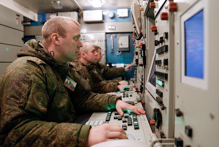 """Операторы зенитной ракетной системы С-400 """"Триумф""""."""