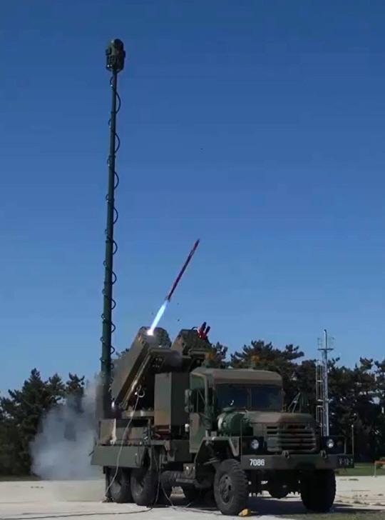 Опытный образец боевой машины южнокорейского ракетного комплекса Bigung с 70-мм управляемыми ракетами К-LOGIR в ходе испытаний в 2016 году.