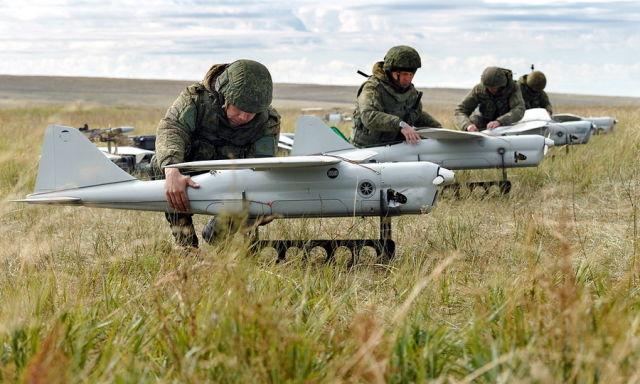 Орлан-10. Российский разведчик, состоящий на вооружении с 2010 года. За это время выпущено более 1000 экземпляров. Взлётный вес около 15 кг, максимальная скорость 150 км/ч, продолжительность полёта до 16 часов, радиус действия до 120 км (600 км в автономн