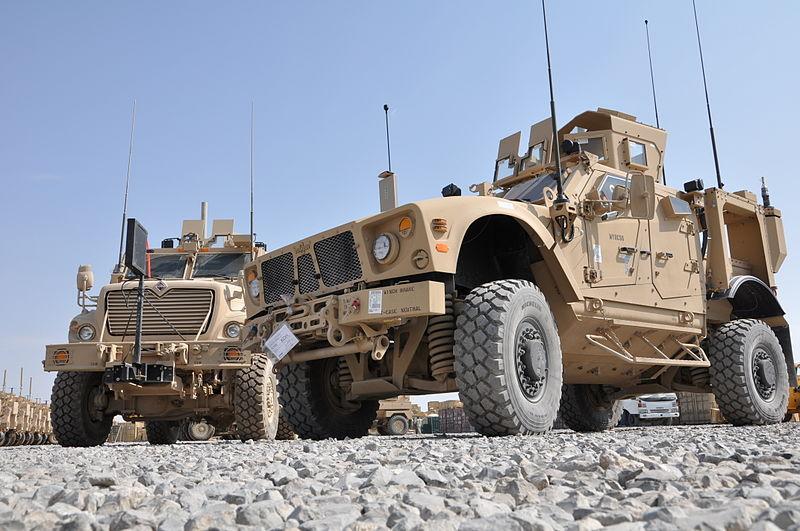 Два типа бронированных машин класса MRAP, которые армия США планирует сохранить на вооружении после 2016 года - Oshkosh M-ATV (на переднем плане) и Navistar MaxxPro Dash (на заднем). Снимок сделан по случаю прибытия первых машин M-ATV в Афганистан, 23.10.2009.