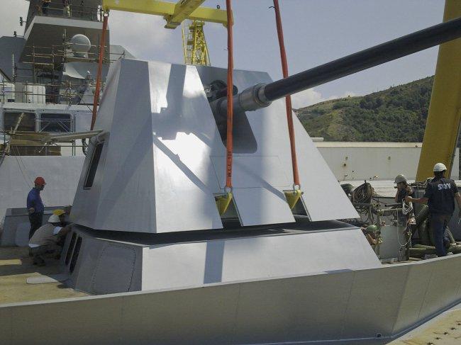 Первая серийная 127-мм/64 корабельная артиллерийская система Oto Melara 127/64 LW Vulcano во время установки на головном итальянском фрегате типа FREMM F 590 Carlo Bеrgamini. 2011 год.