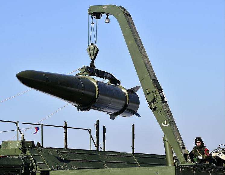 """Загрузка аэробаллистической ракеты 9М723 оперативно-тактического ракетного комплекса """"Искандер-М""""."""