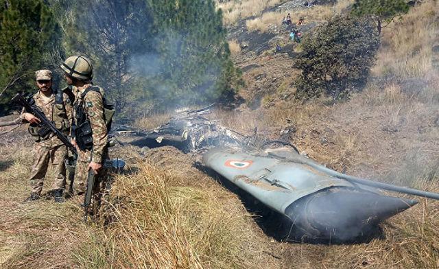 Пакистанские солдаты рядом c обломками индийского истребителя