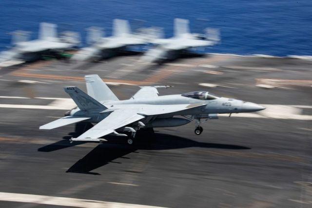 Палубный истребитель F/A-18 Super Hornet.