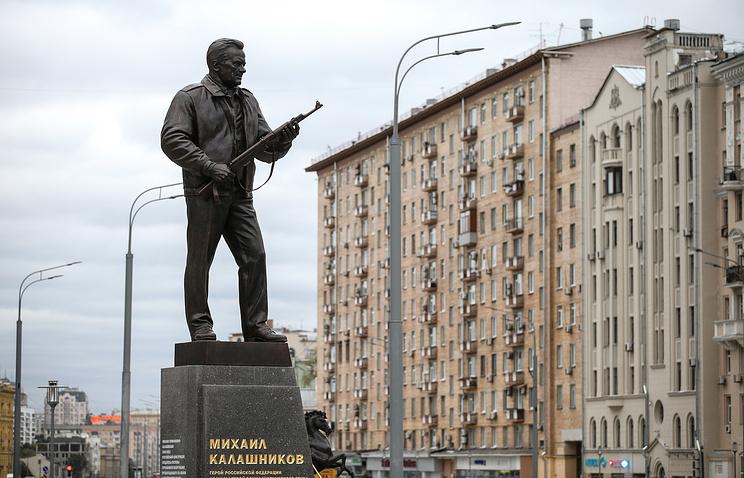 Памятник Михаилу Калашникову.