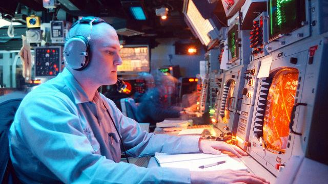 """Панель управления системой Aegis на борту ракетного крейсера типа """"Тикондерога"""" USS Normandy ВМС США"""