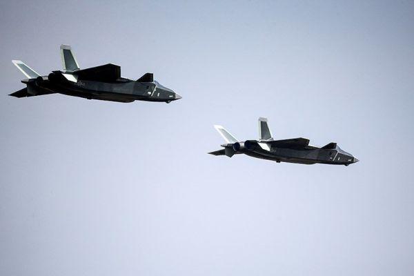 Пара истребителей J-20