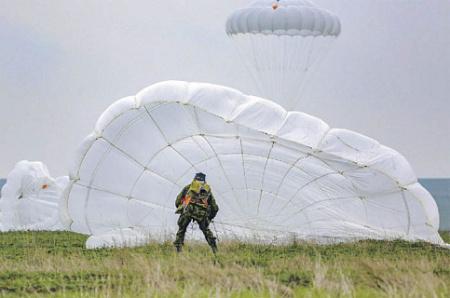 Парашютные системы позволяют десантироваться с разных высот в полной боевой экипировке. Фото с сайта www.mil.ru