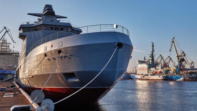 Патрульный корабль ледового класса «Иван Папанин» проекта 23550 «Арктика» у причала кораблестроительного завода «Адмиралтейские верфи»