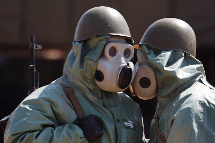 Бойцы в противогазах ПБФ