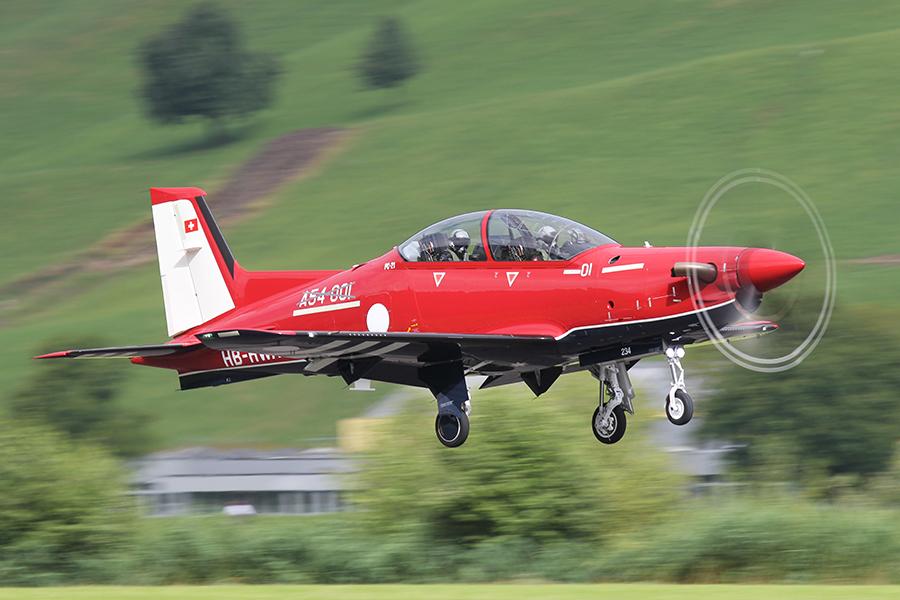 Первый построенный для ВВС Австралии турбовинтовой учебно-тренировочный самолет Pilatus PC-21 (австралийский бортовой номер А54-001/01, серийный номер 234, временная швейцарская регистрация НВ-HWA) в первом полете. Штанс (Швейцария), 21.07.2016.