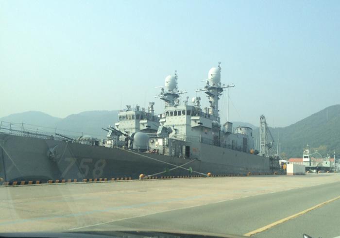 Предназначенный для передачи Перу выведенный из состава ВМС Южной Кореи корвет PCC 758 Gyeongju (типа Pohang). За ним стоит еще один списанный однотипный корабль. Пусан, октябрь 2015 года.