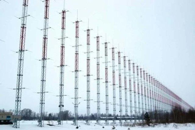 """Передающая антенна комплекса """"Контейнер"""" состоит из 36 мачт и имеет длину 440 метров."""