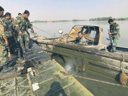 Переправа подразделений Сирийской арабской армии через Евфрат в районе города Дейр-эз-Зор.