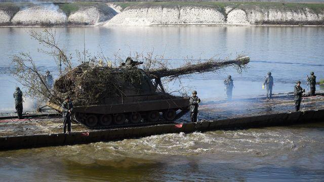 """Переправка 152-мм самоходных гаубиц 2С19М2 """"Мста-С"""" во время учений"""