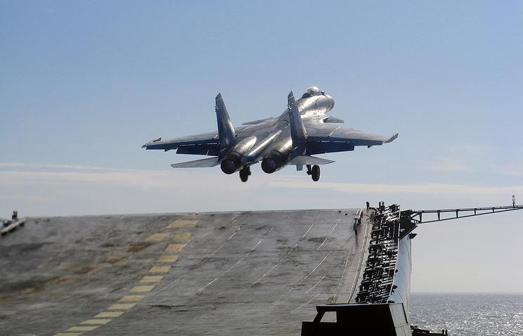 """Взлёт истребителя Су-33 с палубы авианосца """"Адмирал Кузнецов""""."""