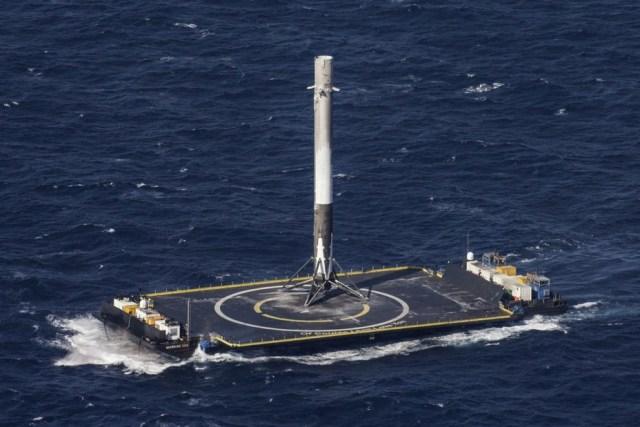 Первая успешная посадка первой ступени ракеты Falcon 9 на автономную плавучую платформу ASDS, 8 апреля 2016 года. SpaceX