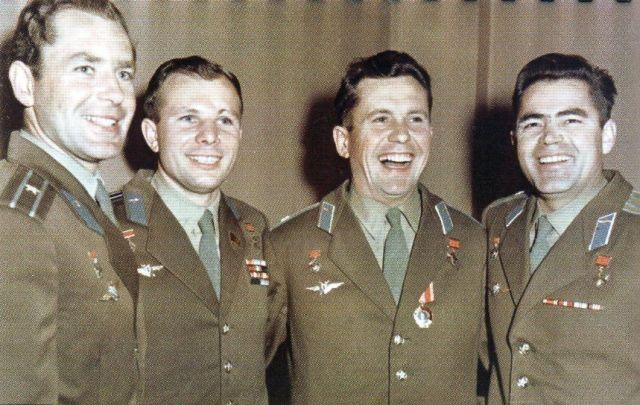 """Первая """"четвёрка"""" космонавтов,слева направо: Герман Титов, Юрий Гагарин, Павел Попович, Андриян Николаев."""