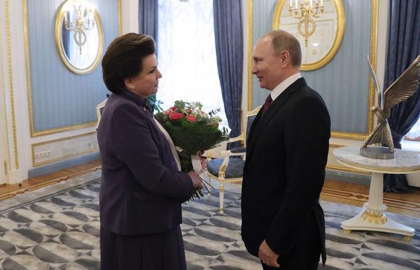 Первая в мире женщина-космонавт, Герой Советского Союза Валентина Терешкова и президент РФ Владимир Путин