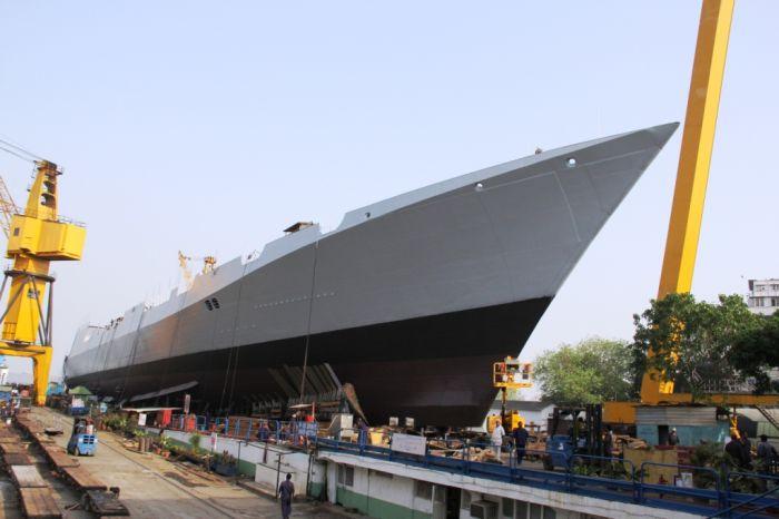 """Первый эсминец проекта 15B """"Visakhapatnam"""" - спуск на воду 20 апреля 2015 года на верфи компании Mazagaon Dock Limited (MDL), Мумбаи."""