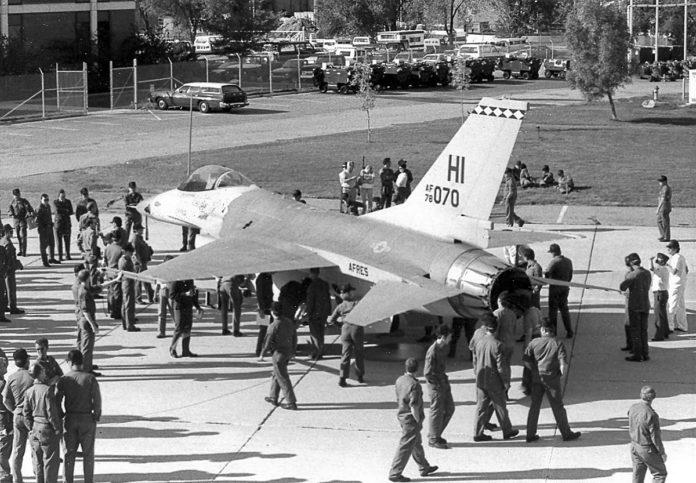 Первые боевые истребители F-16A прибыли на базу Хилл ВВС США.