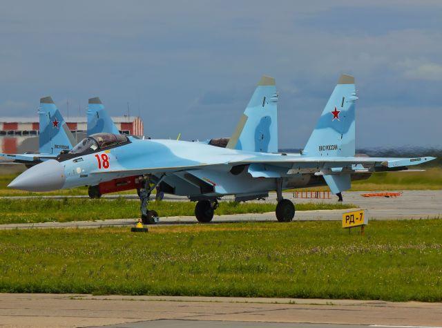 """Первые истребители Су-35С, построенные Комсомольским-на-Амуре авиационным заводом имени Ю.А. Гагарина (КнААЗ) АО """"Компания """"Сухой"""" по Гособоронзаказу 2019 года, во время промежуточной посадки в аэропорту Толмачево (Новосибирск) во время перегона в состав"""