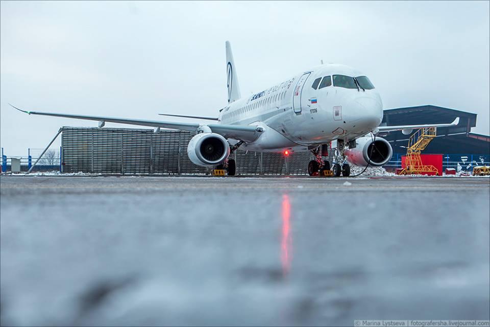 Саблевидные законцовки крыла, установленные на самолете Sukhoi SuperJet SSJ100 (заводской номер 95032, регистрационный номер 97006). Жуковский, 21.12.2017.