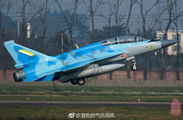 """Первый построенный для ВВС Мьянмы на предприятии китайской авиастроительной компании Chengdu Aircraft Industries Company (Group) (САС) двухместный истребитель JF-17B (бортовой номер """"1707""""). Чэнду, март 2019 года"""