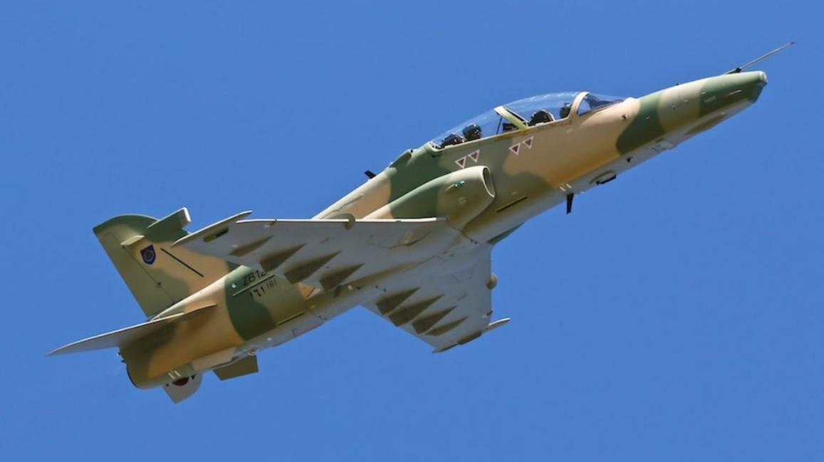 """Первый учебно-боевой самолет BAE Systems Hawk AJT Mk 166 (бортовой номер """"161"""", временный британский военный номер ZB123), построенный для ВВС Омана. Вартон (Великобритания), 05.05.2017."""