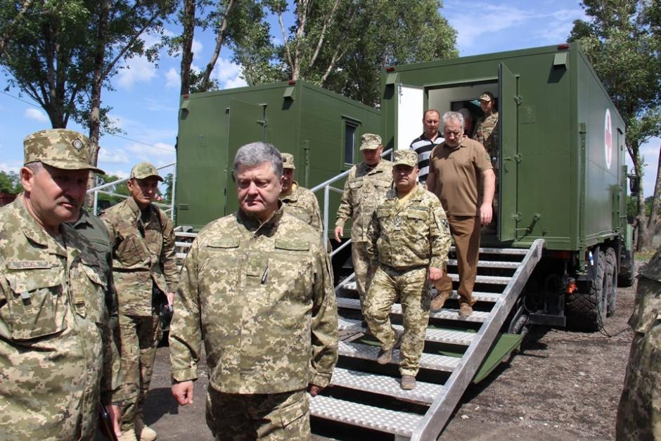Президент Украины Петр Порошенко в ходе передачи санитарных машин на шасси КрАЗ-6322 вооруженным силам Украины, июнь 2017 года <br>