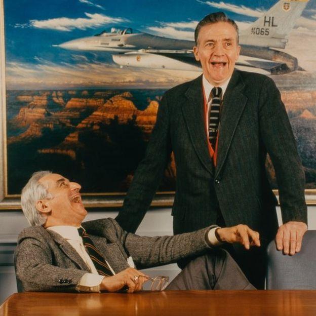 Пьер Спрей (слева) и один из создателей теории энерговооруженности-маневренности Джон Бойд на фоне F-16 - самолета, созданного с помощью этой концепции