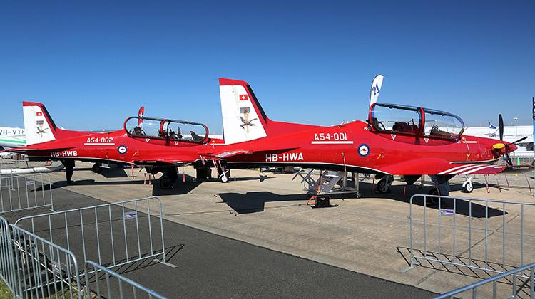 Первые два прибывших в Австралию турбовинтовых учебно-тренировочных самолета Pilatus PC-21, построенных для Королевских ВВС Австралии, на презентации на выставке AVALON 2017. Авалон (Австралия), 03.03.2017.