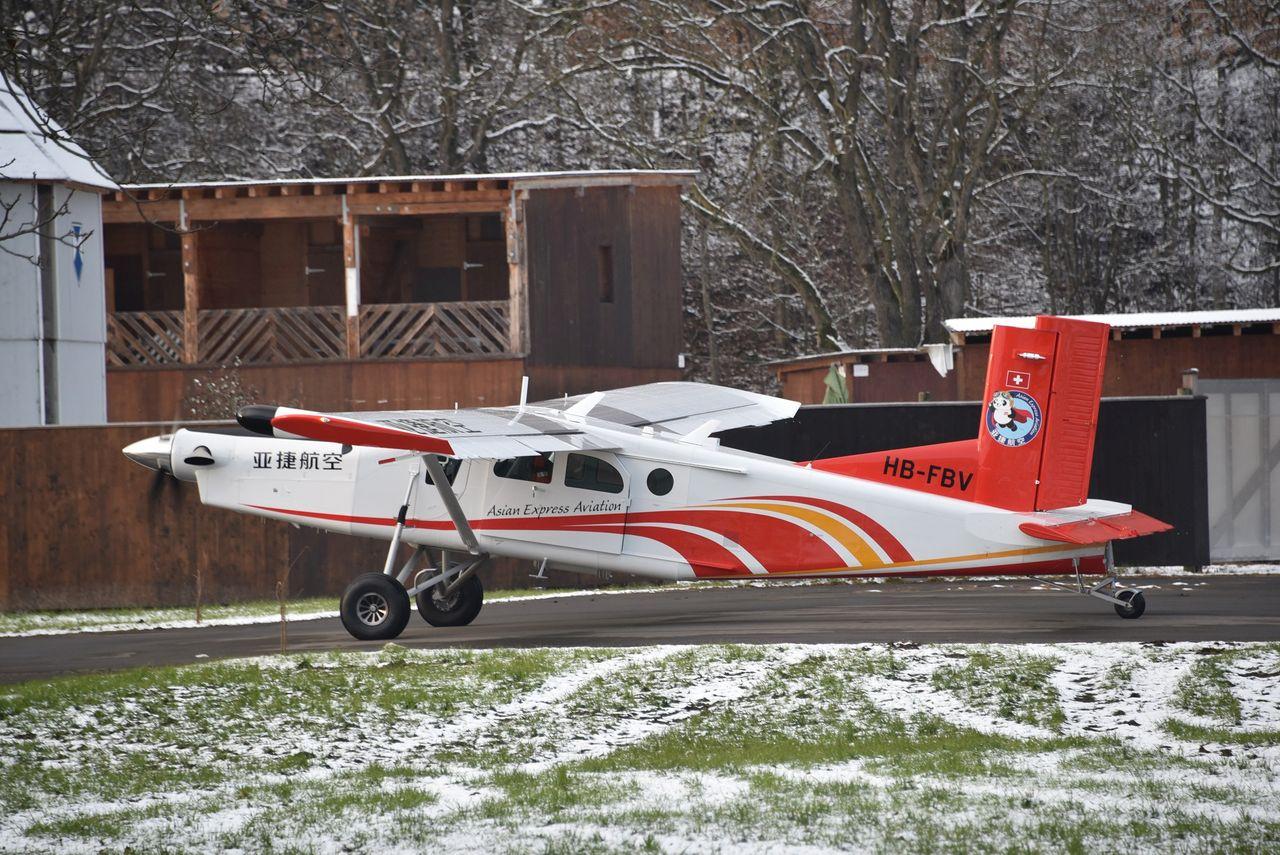 Предпоследний из построенных на настоящий момент самолетов семейства Pilatus PC-6 - борт Pilatus PC-6/B2-H4 Turbo Porter (серийный номер 1011, временная швейцарская регистрация HB-FBV), изготовленный в конце 2016 года для китайской авиакомпании Asian Express Aviation. Штанс (Швейцария), 03.01.2017.