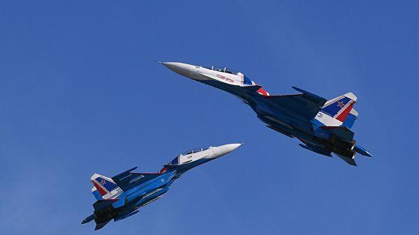"""Пилотажная группа """"Русские витязи"""" на многоцелевых истребителях Су-30СМ"""