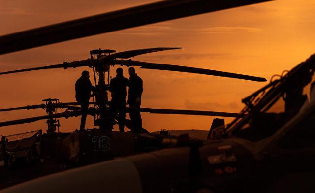 """Пилоты у вертолета Ка-52 """"Аллигатор"""""""