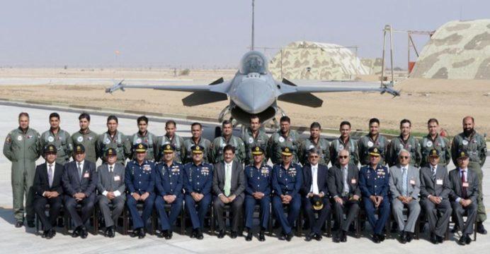 Пилоты, военное командование и истребитель F-16 Fighting Falcon ВВС Пакистана.