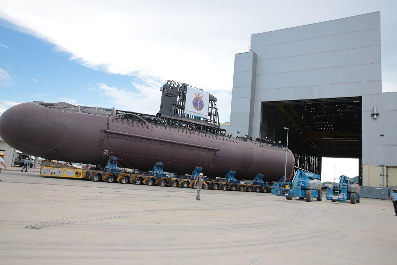 Три состыкованные корпусные секции первой строящейся по проекту Scorpene для ВМС Бразилии большой неатомной подводной лодки SBR-1 (S 40 Riachuelo) во время транспортировки из главного строительного комплекса UFEM бразильской верфи подводного кораблестроения Itaguai Construçoes Navais (ICN) в цех-эллинг окончательной сборки. Сепетиба, 14.01.2018.