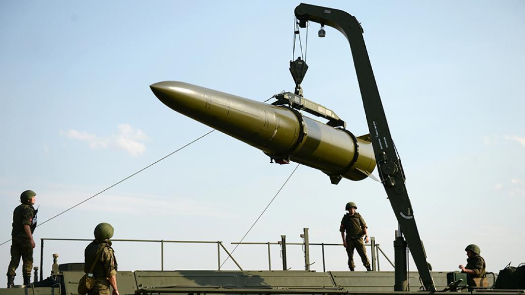 """Подготовка к боевому пуску баллистической ракеты оперативно-тактического ракетного комплекса """"Искандер-М""""."""