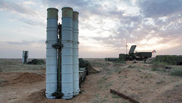 Подготовка к стрельбам зенитных ракетных систем С-400 Триумф. Архивное фото.