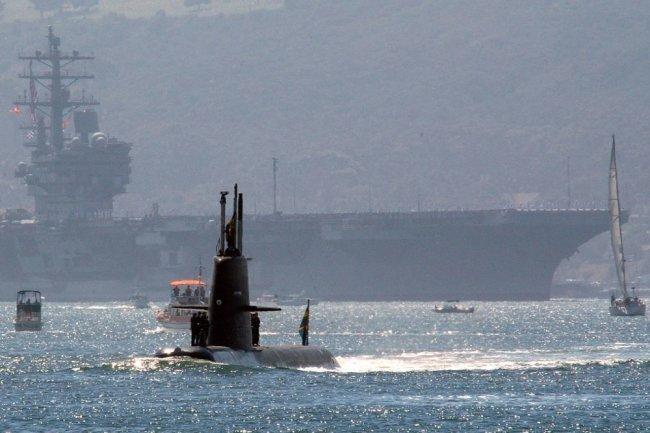 """Подлодка ВМС Швеции """"Готланд"""" на фоне побежденного ею авианосца """"Рональд Рейган""""."""