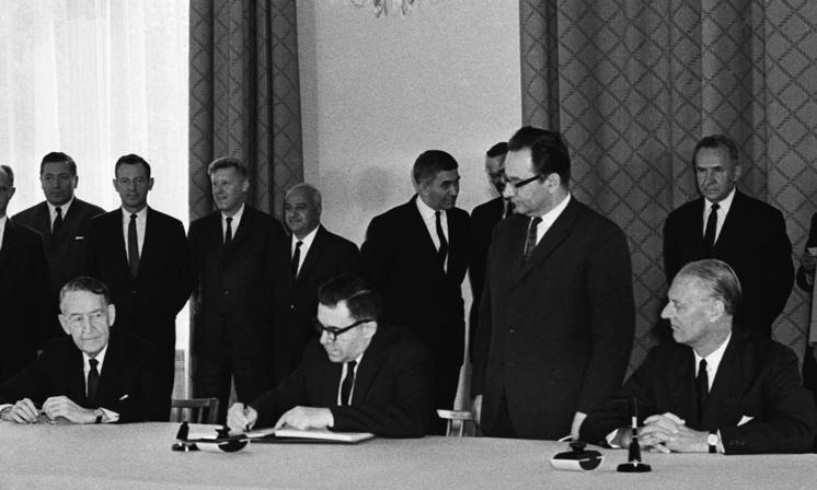 Посол США в СССР Льюллин Томпсон, министр иностранных дел СССР Андрей Громыко и посол Великобритании в СССР сэр Джеффри Харрисон во время подписания ДНЯО, 1968 год.