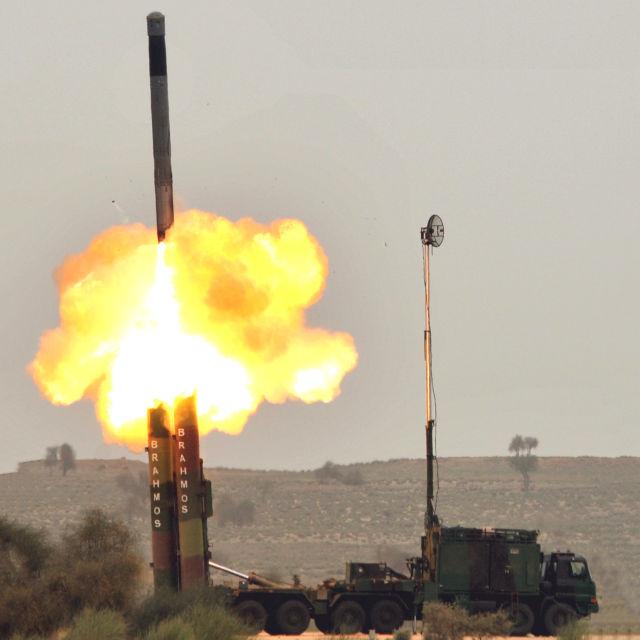 """Подразделение индийской армии успешно запустило ракету """"БраМос"""" и уничтожило предварительно выбранную цель на полигоне в Раджастане"""