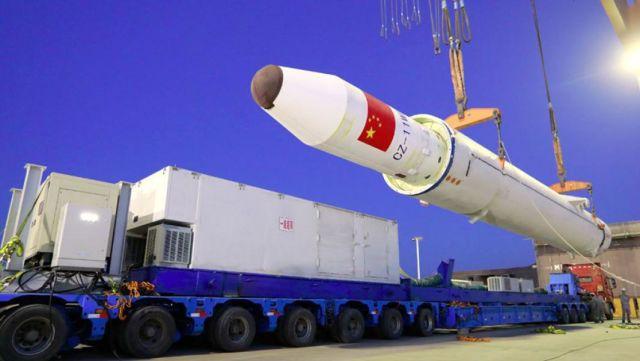 Погрузка ракеты CZ-11 на трейлер для перевозки к месту старта