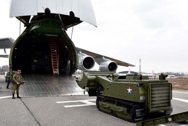 """Погрузка робота-сапера """"Уран-6"""" в самолет Ан-124"""