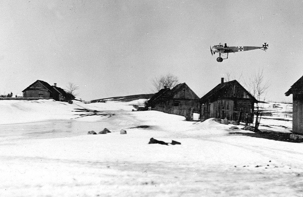 Полет немецкого самолета Fokker на восточном фронте Первой мировой войны.