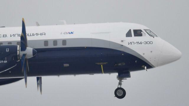 Полет нового российского пассажирского самолета Ил-114-300 в подмосковном Жуковском